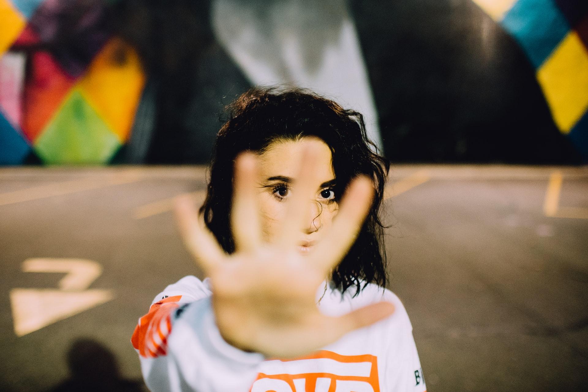 """¿Cómo superar el """"qué dirán""""? – 7 ideas que te pueden ayudar a lograrlo"""